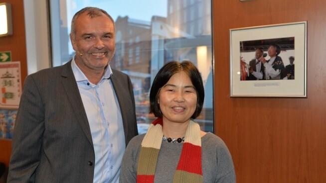 <p><b>FORNØYDE MED SALGET</b>: Styreleder i DSD Ingvald Løyning og eier Yuhong Hermansen.<br/></p>