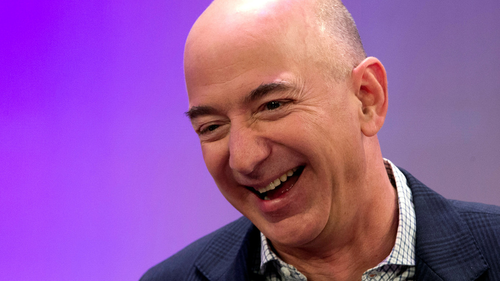 <p><b>PÅ TOPP:</b> Amazon-sjef og -grunnlegger Jeff Bezos har passert Bill Gates som verdens rikeste. Han beholder plassen minst over helgen.</p>