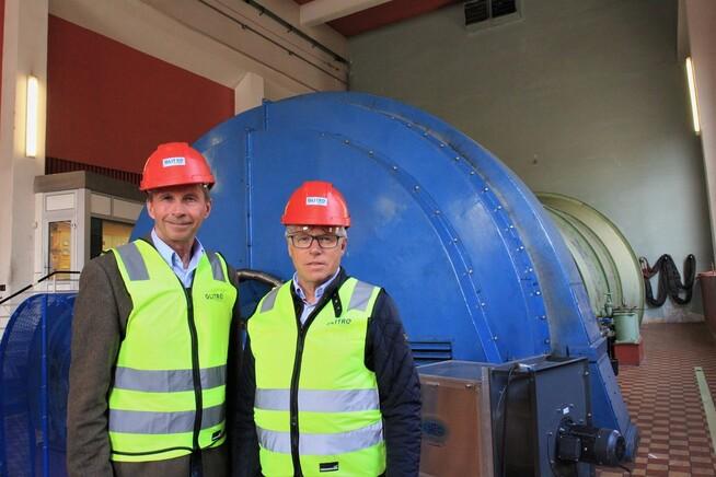<p>GRØNN: Når de nye aggregatene etter planen skal være på plass om to-tre år, så lover konsernsjef i Glitre Energi, Pål Skjæggstad (t.v.), at de skal males i KIWIs grønnfarge. Til høyre er KIWI-sjef Jan Paul Bjørkøy.</p>