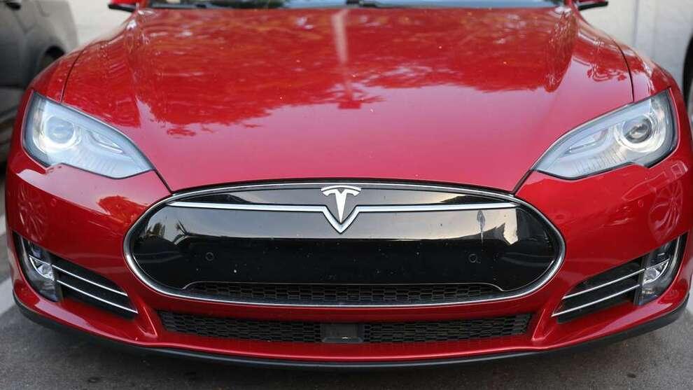 <p><b>KREVER ENERGI:</b> En Tesla Model 3 har ifølge studien et høyere CO₂-utslipp enn man skulle tro.</p>