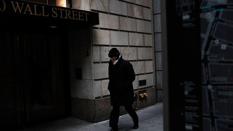 <p><b>INFLASJONSSPØKELSET:</b> En mann går hutrende forbid New York-børsen på Wall Street.</p>
