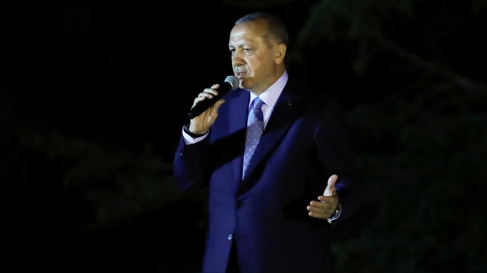 <p><b>NY PERIODE:</b> Tyrkias president Tayyip Erdogan snakker til hans støttespillere søndag kveld.</p>