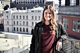 STARTET HER: Emelie Hamberg har fartet mellom tre av Comfort-hotellene midt i Oslo sentrum. I bakgrunnen ligger Grand Central, hvor hun først begynte som resepsjonist.