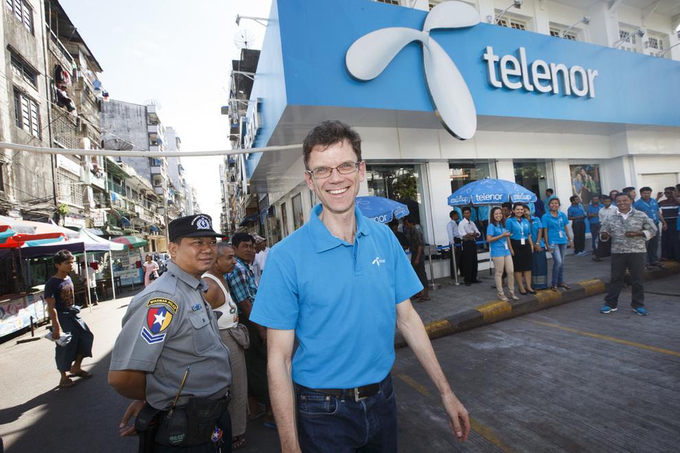 <p><b>TELENOR NORGE-SJEF:</b> Petter-Børre Furberg er administrerende direktør i Telenor Norge. Her ved selskapets hovedbutikk i sentrum av Yangon, hvor han tidligere ledet Myanmar-operasjonen.</p>