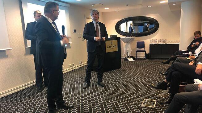 <p><b>LA FREM NYHET:</b> Oljeminister Kjell-Børge Freiberg (Frp, ryggen til) og miljøvernminister Ola Elvestuen (V).</p>
