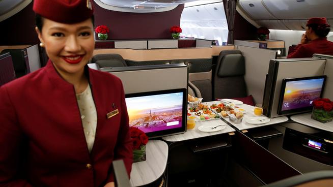 <p>BUSINESS CLASS: Her viser Qatar Airways hvordan det ser ut på business class i ett av deres Boeing 777-fly, under en reiselivsmesse i Paris.</p>