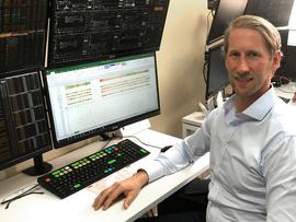<p><b>FONDSGRÜNDER:</b> Rune Madsen i Runestone Capital kjøper og selger svingninger i aksjemarkedet gjennom spesialfondet fra kontoret i London.</p>