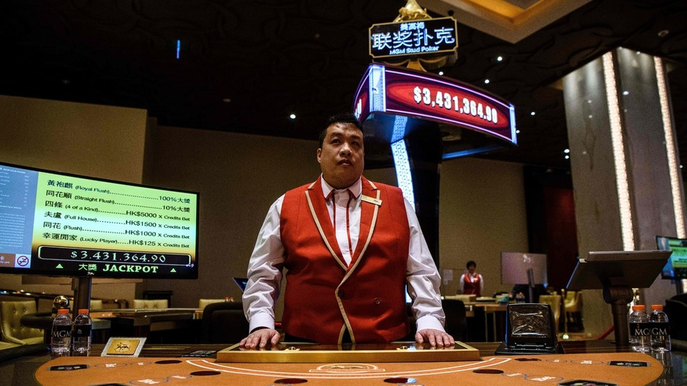 <p><b>OLJEFOND-KASINO</b>: En kasinoansatt i et av selskapene oljefondet eier aksjer i, MGM China Holding, som har et stort kasino på den kinesiske øya Macau.</p>