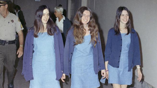 <p><b>CHARLIES ENGLER:</b>Susan Atkins, Patricia Krenwinkel og Leslie Van Houten under rettssaken mot dem. Atkins døde av kreft i fengsel, mens Krenwinkel og Van Houten fortsatt sitter inne for drapene.</p>