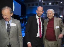 <p><b>FEIRET BRANSJEN:</b> I fjor feiret oljenæringen 50 år med aktivitet. Her er tidligere olje- og energiminister Tord Lien (Frp) sammen med tidligere konsernsjef i Statoil (t.h.) og Karl Glad, tidligere generaldirektør i Aker og NHO-direktør (t.v.)</p>