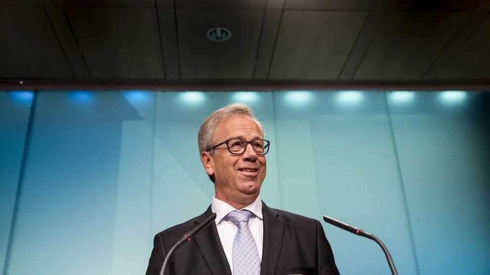 <p><b>VENTER BOLIGFALL:</b> Sentralbanksjef Øystein Olsen forventer at boligprisene samlet sett faller med 1,6 prosent neste år. Men omslaget kommer til sommeren, blant annet på grunn av bedre vekst i økonomien.</p>
