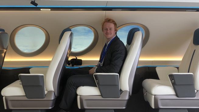 <p>Andreas Kollbye Aks, visedirektør for drift i Widerøe, fikk prøvesitte prototypen til elflyet fra Eviation under flyshowet i Paris.</p>