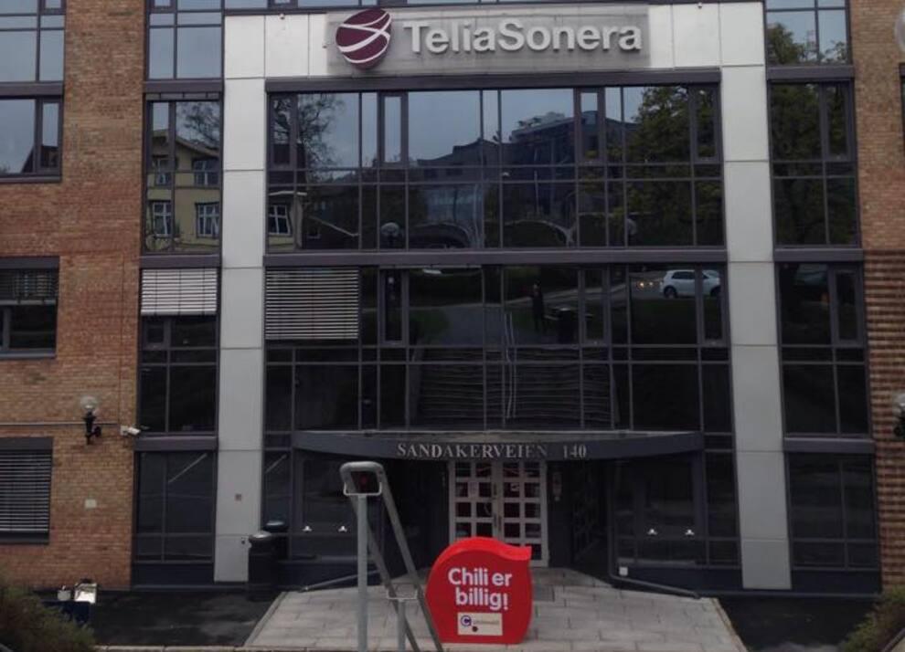 <p><b>VIL HELLER CHILLE HOS TELIA:</b> Chili Mobil har inngått avtale med Telia etter å ha leid nettilgang hos Telenor i årevis. Bildet er fra et Facebook-bilde der Chili utfordret Telias eget lavprisselskap OneCall utenfor Telias hovedkontor i Nydalen.</p>