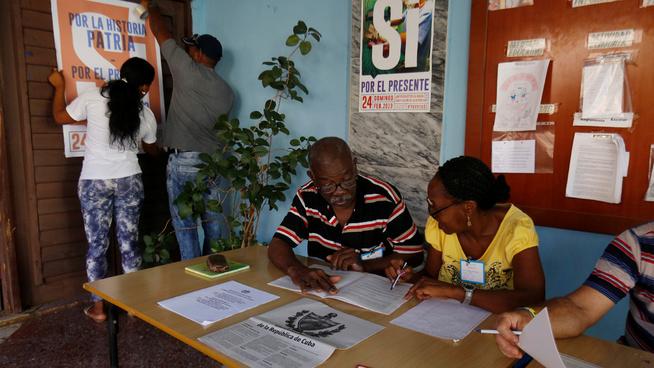 <p><b>GJØR SEG KLARE:</b> Offentlige ansatte forbereder stemmelokalene i Havana.</p>