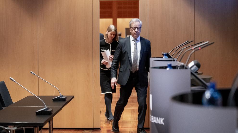 <p><b>HEVET IGJEN:</b>Torsdag hevet sentralbanksjef Øystein Olsen renten for tredje gang siden i høst. Her er fem grunner til at Olsen fortsetter å heve, mens andre vestlige sentralbanker avlyser sine hevinger og begynner å diskutere mulige rentekutt.</p>