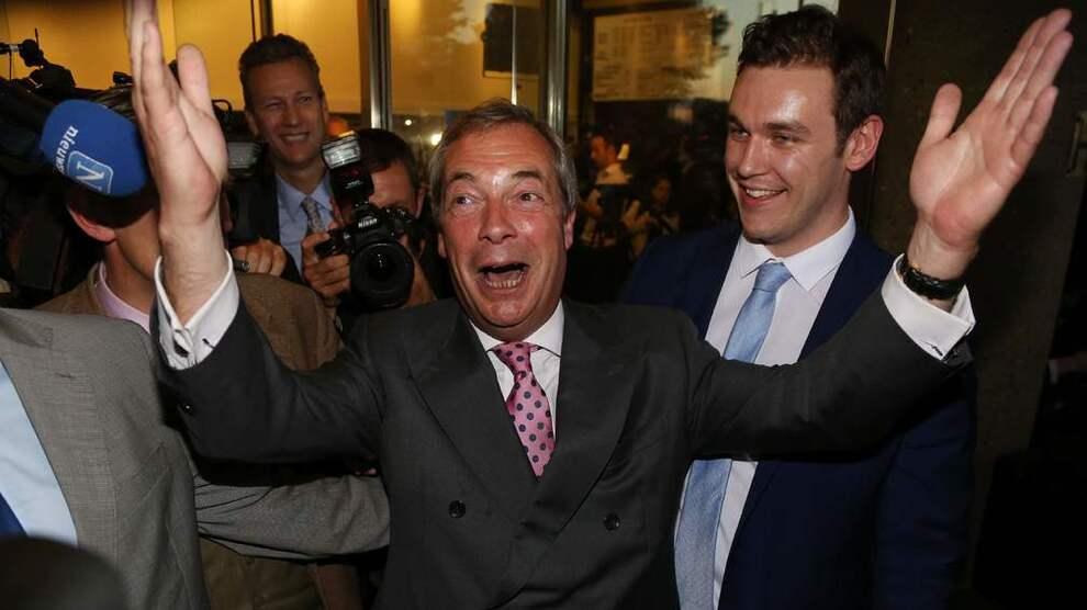 <p><b>FEIRER:</b> Lederen for det britiske uavhengighetspartiet UKIP og Brexit-general Nigel Farag feiret valgresutlatene i natt.</p>