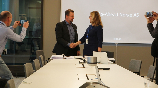 <p><b>UNDERSKREV KONTRAKT</b>: Tirsdag klokken 12.00 ble kontrakten mellom Go-Ahead og Jernbanedirektoratet underskrevet. Her ved direktør i Go-Ahead Nordic, Magnus Hedin (t.v) og jernbanedirektørKristi Slotsvik (t.h).</p>