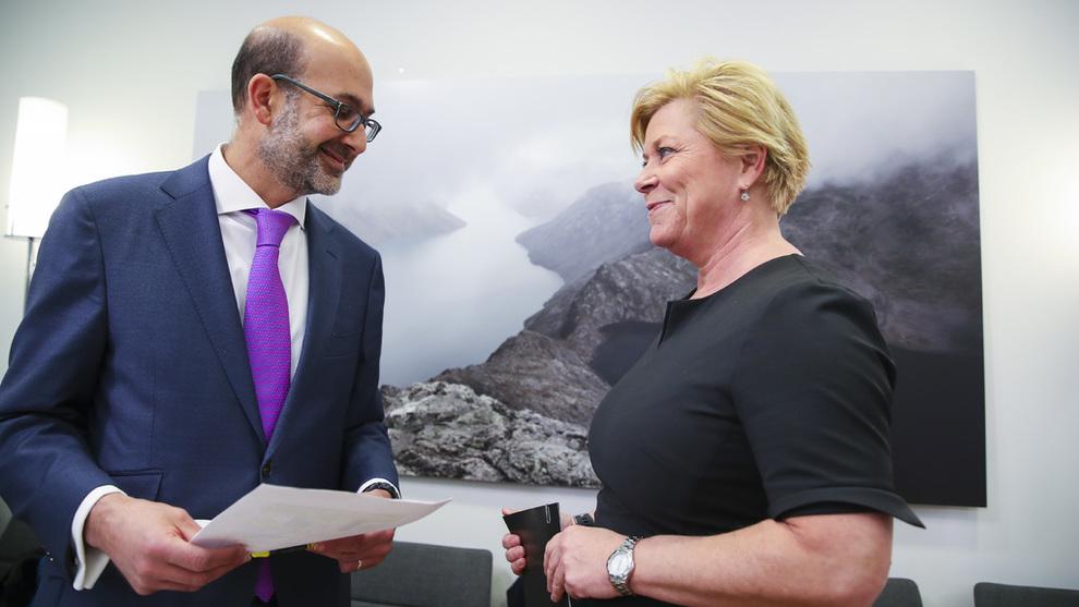 <p>Det internasjonale valutafondet (IMF) overleverer sin uttalelse om norsk økonomi til finansminister Siv Jensen (Frp). Jacques Miniane overleverer rapporten.</p>