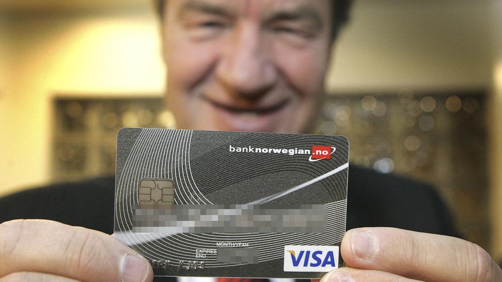 <p><b>DEN GANG:</b> Her står Bjørn Kjos med sitt den gang nyutstedte Bank Norwegian-kort i 2007.</p>