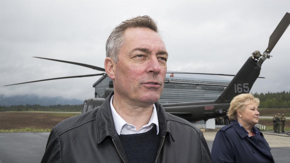 <p><b>VURDERER MULIG NORSK BIDRAG:</b> Forsvarsminister Frank Bakke-Jensen (H) avbildet under et besøk på Rena Leir tidligere i år.</p>