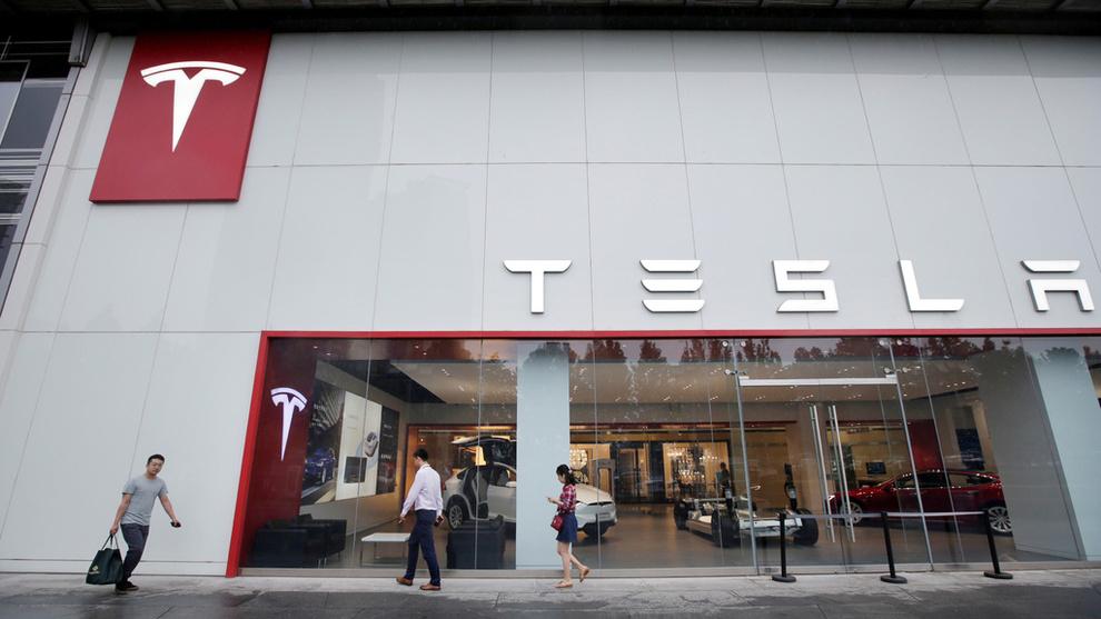 <p><b>KUTTER ANSATTE:</b> Tesla varsler «et lite overskudd» i fjerdekvartal for selskapet og nedbemanner.</p>