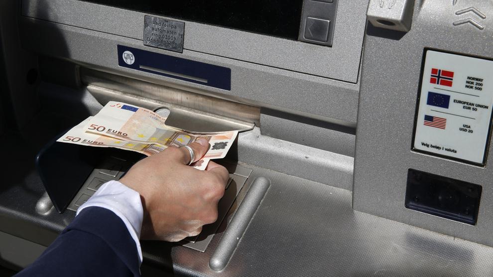<p><b>FÅR TO GEBYRØKNINGER:</b> DNB øker det flate gebyret for minibank-uttak i utlandet fra 35 til 40 kroner, samtidig som valutapåslaget justeres opp.</p>