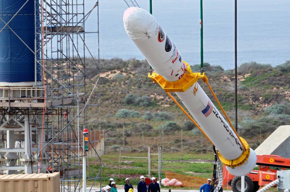 <p><b>GIKK TAPT:</b> Her forbereder Nasa oppskytningen av Glory-satellitten, som skulle sendes i bane rundt jorden ved hjelp av en Taurus XL-rakett, men som gikk tapt under oppskytingen 4. mars 2011. Nå mener Nasa at rotårsaken til to feilede satellittoppskytinger var defekte materialer fra nå Hydro-eide Sapa. Hendelsene bidro til at Hydro i forrige uke inngikk en avtale med USAs myndigheter om å betale rundt 400 millioner kroner, en regning som deles med tidligere Sapa-eier Orkla.</p>