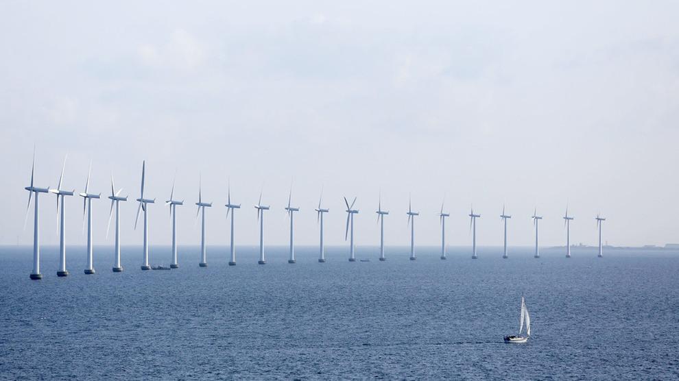 <p><b>MER FORNYBART:</b>Økt utbygging av fornybar energi bidrar til at verden kan holde tritt med klimamålene frem til 2030, men etter det må det flere grep til, ifølge Bloomberg New Energy Finance. Dette er vindturbiner på Middelgrunden i Øresund utenfor København.</p>