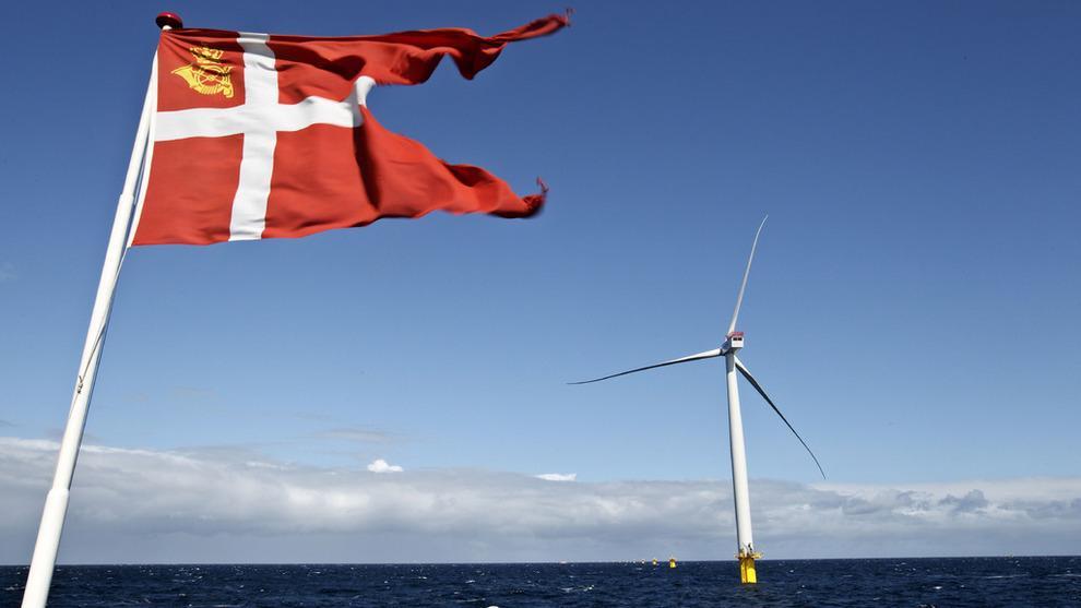 <p><b>BYGGER TIL HAVS:</b> Danske Dong har flere vindkraftprosjekter offshore. Bildet er tatt utenfor øya Anholt i Kattegat, hvor selskapet har oppført 111 vindturbiner siden 2012.</p>