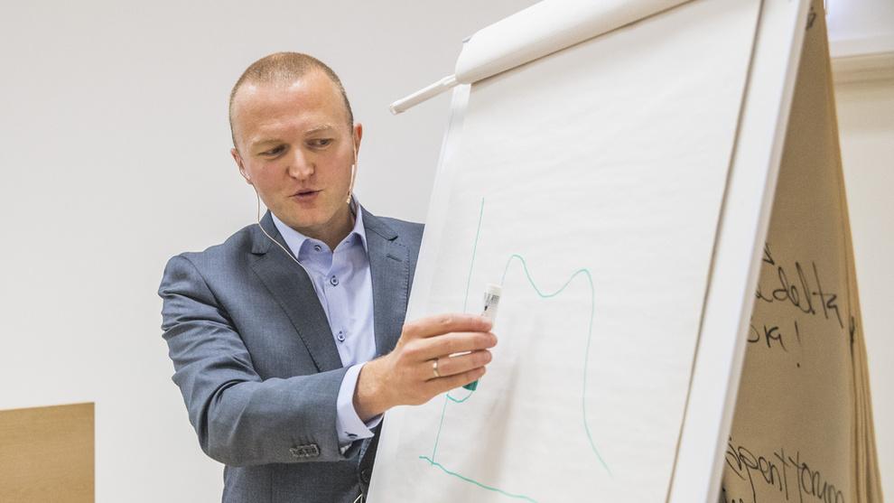<p><b>UTSIKTER:</b> Forsker Thomas von Brasch i SSB presenterer konjunkturtendensene for Norge.</p>