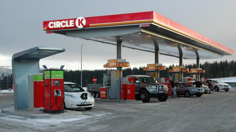 <p><b>SATSER NORSK:</b>En rekke bilgiganter satser nå på ladestasjoner med høy kapasitet (350 kilowatt) i Europa, og noen av de første stasjonene kommer i Norge. Slik ser dagens ladestasjoner ut, her fra Circle K-stasjonen på Minnesund i Akershus.</p>
