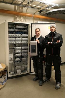<p><b>MODERNE ANLEGG:</b>På bildet erPål Einar Storsveen (t.v.) og Thomas Nesvik, installatører i firmaet Visjonel AS. De har jobbet med det nye garasjesameiet på Løren.</p>