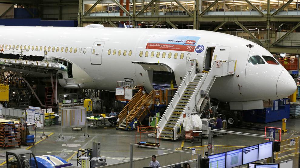 <p>Her er en av Norwegians 787 Dreamliner-fly avbildet under bygging på Boeing-fabrikken i Everett i delstaten Washington i 2017.</p>