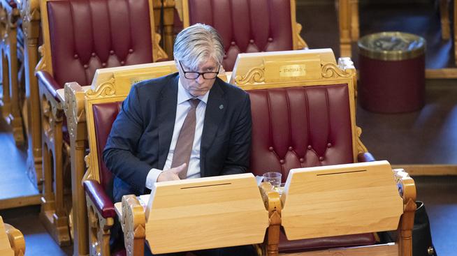 <p>Klima- og miljøminister Ola Elvestuen (V) vil ikke begynne å diskutere hvordan elbilfordelene skal fjernes i framtiden, slik Høyres Henriks Asheim tar til orde for.</p>