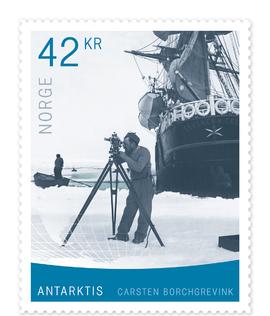 <p><b>NUMMER 2000:</b> Frimerket viser polarforskeren Carsten Borchgrevink mens han foretar oppmålinger i Antarktis.</p>