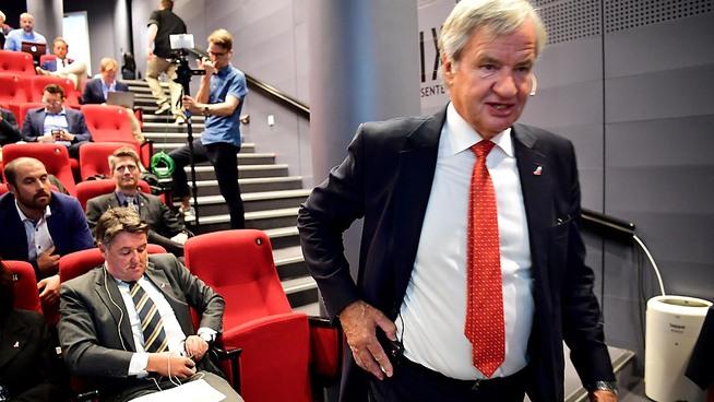 <p><b>GIR SEG:</b> Bjørn Kjos går på podiet for å holde sin siste kvartalspresentasjon som Norwegian-sjef. Han gir nå stafettpinnen midlertidig videre til geir Karlsen, sittende bak ham.</p>