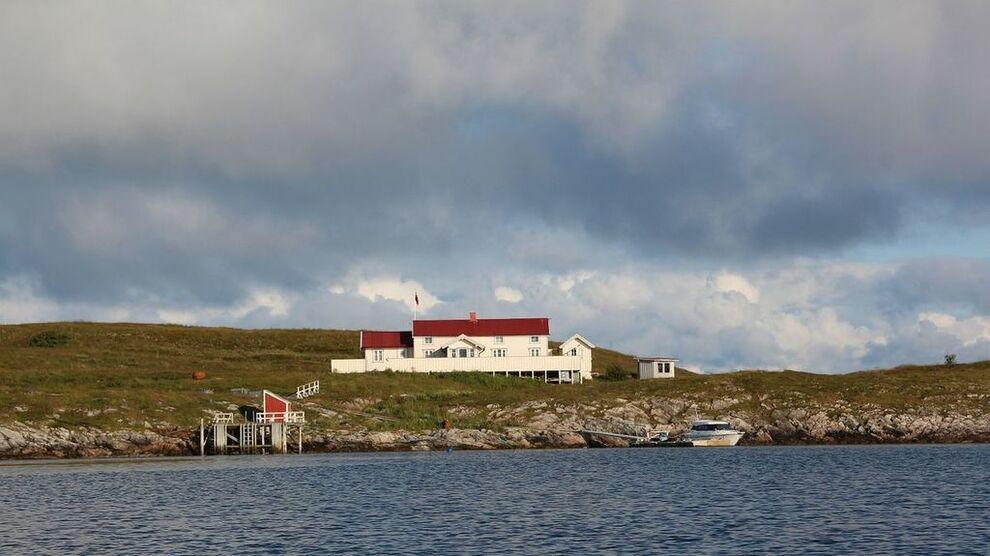 """<p><b>LEI AV FOLK?</b> På denne øya kan du bo alene og uforstyrret. Avbildet her er øyas hvitmalte hus """"Heimly"""".</p>"""