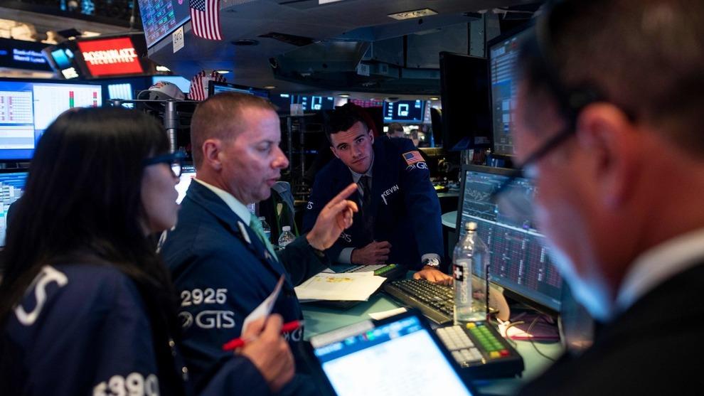 WALL STREET: Tradere på New York Stock Exchange (NYSE) mandag. Tirsdag kom meldinger som sendte markedene opp etter flere urolige handledager.