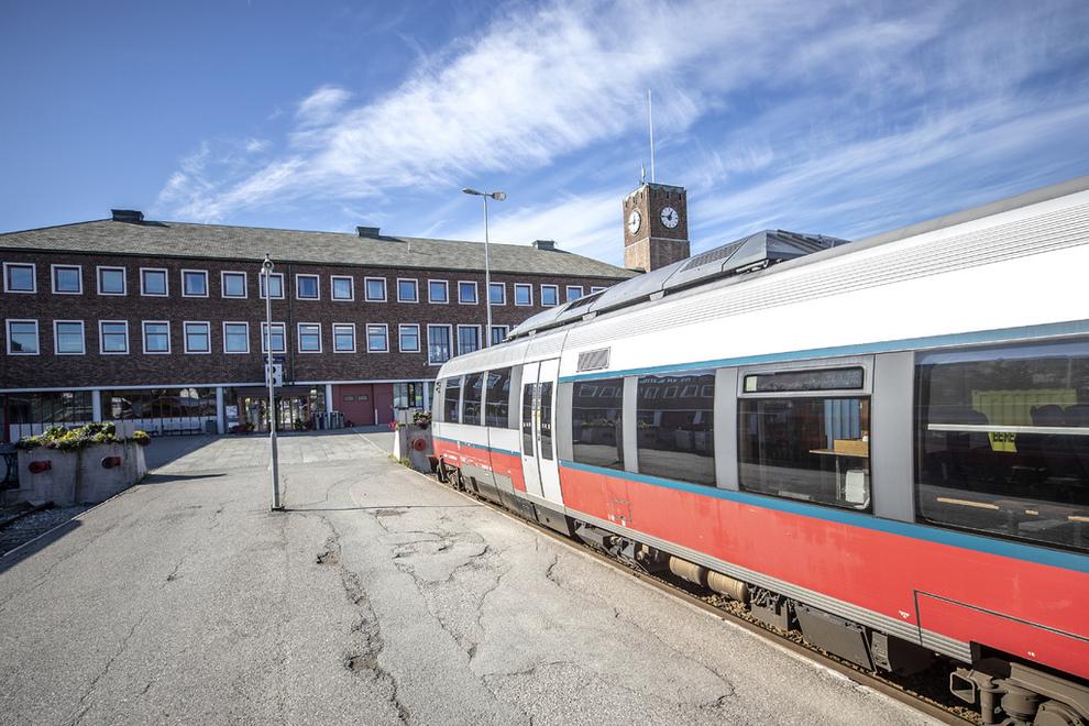 <p><b>STOPP:</b> Siste endestasjon for Nordlandsbanen er i Bodø, og strekningen hit ble åpnet i 1962. En ny utredning om Nordnorgebanen tar utgangspunkt i at utvidelser nordover blir elektrifisert. Problemet er at togene som i dag betjener Nordlandsbanen er drevet på diesel.</p>
