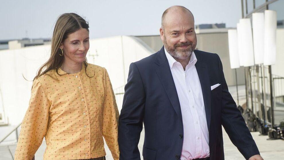 """<p class=""""undefined _1uxMy"""" data-test-tag=""""image:caption"""">EKTEPAR: Den danske klesmilliardæren Anders Holch Povlsen (46) og kona Anne Holch Povlsen.</p>"""