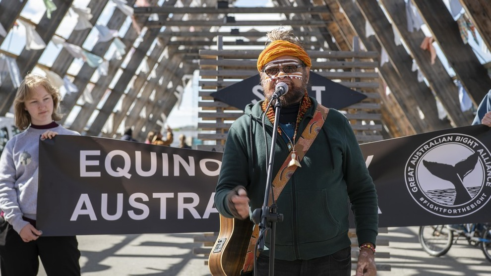 <p><b>VISER MOTSTAND:</b> Aboriginsk leder og musiker Bunna Lawrie har reist fra Australia til Norge for å demonstrere mot Equinors planer om oljeleting i Australbukta.</p>