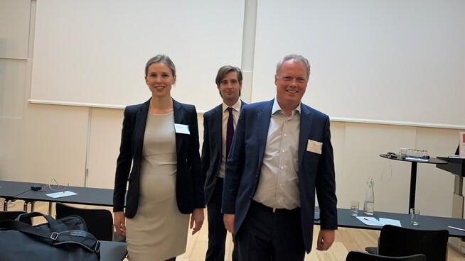 LOKAL STØTTE: Både advokatene fra Thommessen og i investeringsfondet BlackRock mener det er viktig at det er lokal støtte for vindkraftutbygging. Fra venstre: Kristin Thjømøe, Sverker Åkerblom og Bendik Christoffersen.