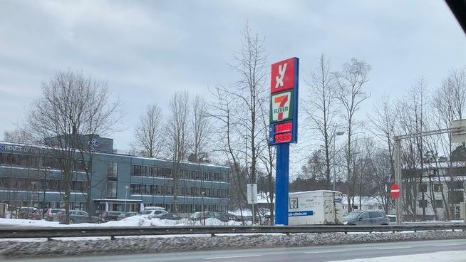 <p><b>13-TALLET:</b> Ved denne bensinstasjon på Høvik var bensinprisen nede på 13 kroner literen torsdag morgen.</p>