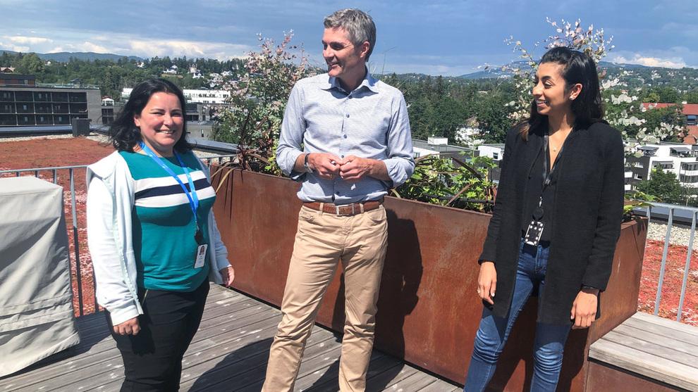 Cognite-sjef John Markus Lervik avbildet med produktsjef Riya Jagetia (t.h.) og programvareingeniør Juliana Correa, som flyttet til Norge fra henholdsvis USA og Brasil.