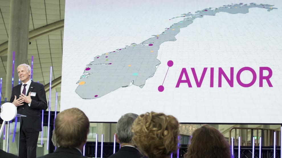 <p><b>MÅ KUTTE:</b>Avinor vil kutte kostnadene, og det vil føre til nedbemanninger, bekrefter selskapet overfor E24. Ifølge konsernet er det for tidlig å gi detaljer nå. Her er Avinors konsernsjef Dag Falk-Petersen i forbindelse med en utvidelse av Oslo Lufthavn Gardermoen i 2017.</p>