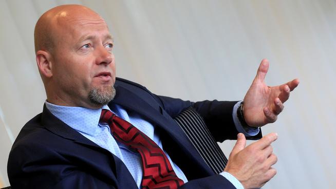 <p><b>LIKER Å HA BRED PORTEFØLJE:</b> Men Oljefond-sjef Yngve Slyngstad sier de vil selge seg ut dersom det vedtas fra politisk hold.</p>