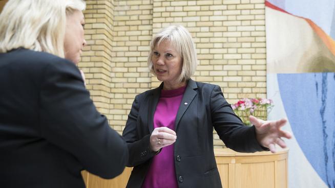 <p><b>FORESLO SELV Å TA MED ALL GJELD:</b> Arbeiderpartiets Åsunn Lyngedal (t.h), her avbildet i samtale med kommunal- og moderniseringsminister Monica Mæland (H).</p>