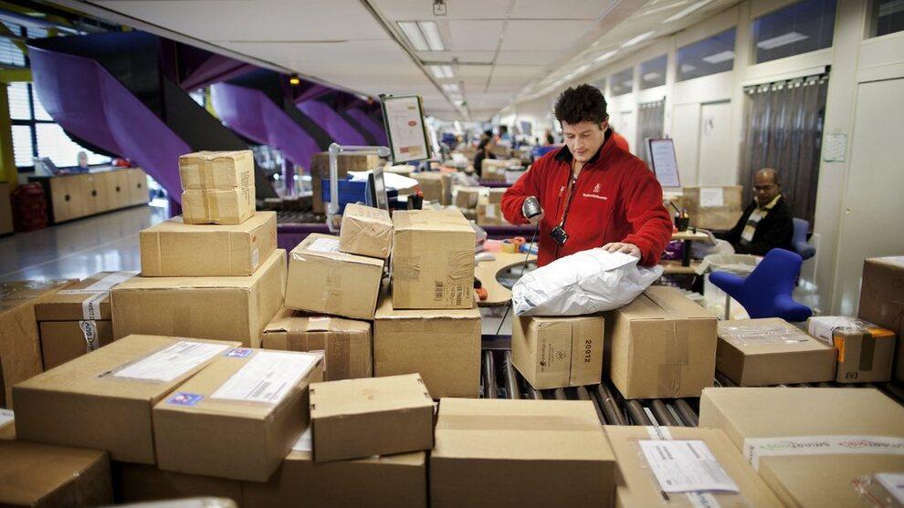<p><b>PAKKE-EKSPLOSJON:</b> Antallet kinesiske pakker til Norge har eksplodert de siste årene. Posten mener momsfritaket på netthandel under 350 kroner på bort, men i 2020. Virke som representerer handelsnæringen mener fritaket må bort så snart som mulig.</p>