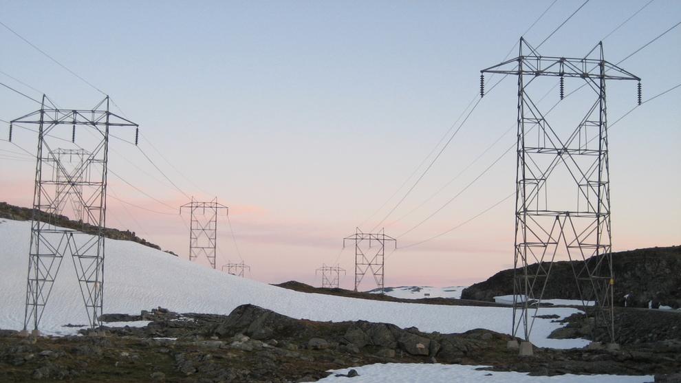 <p><b>DYR STRØM:</b>Strømmen skyter i været igjen. Torsdag ligger kraftprisen i Sør-Norge på hele 78 øre kilowattimen, det høyeste dagssnittet på tre år. En normal husholdning må ut med minst 800 kroner mer for strømmen i januar i år enn i fjor, ifølge Wattsight. Dette er en kraftledning i Årdal.</p>