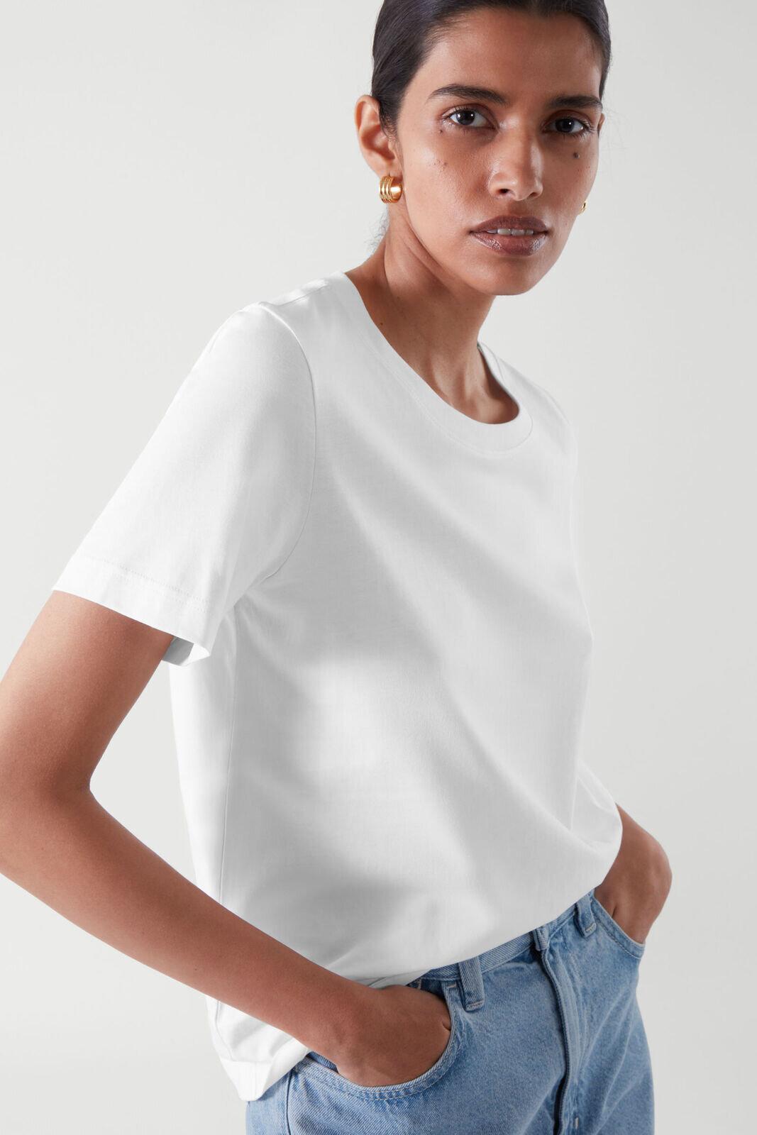 Hvit T-skjorte i løsere passform